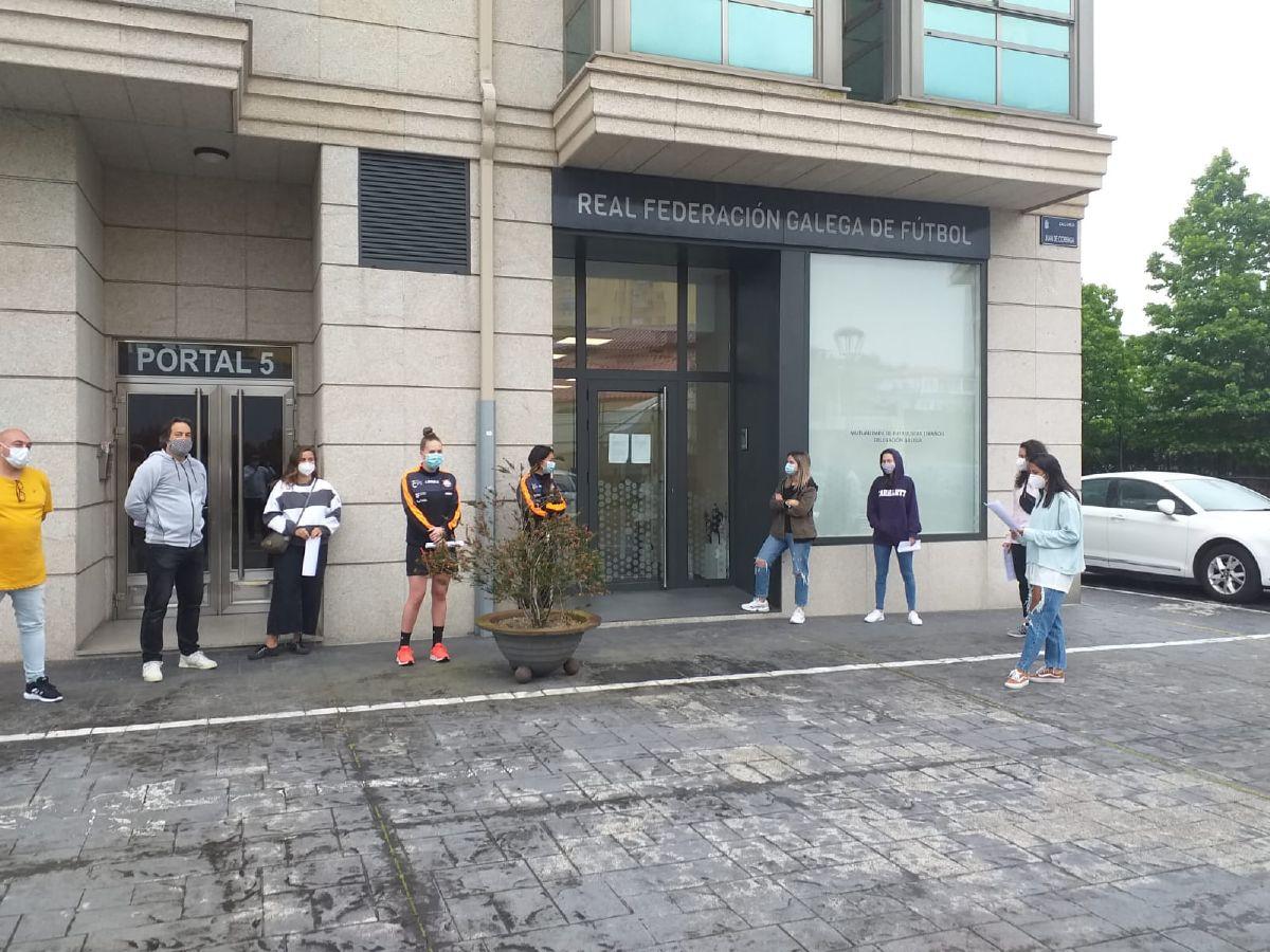 Las jugadoras del Viaxes Amarelle FSF en la puerta de la Mutualidad de la RFGF para pasar los test del COVID-19